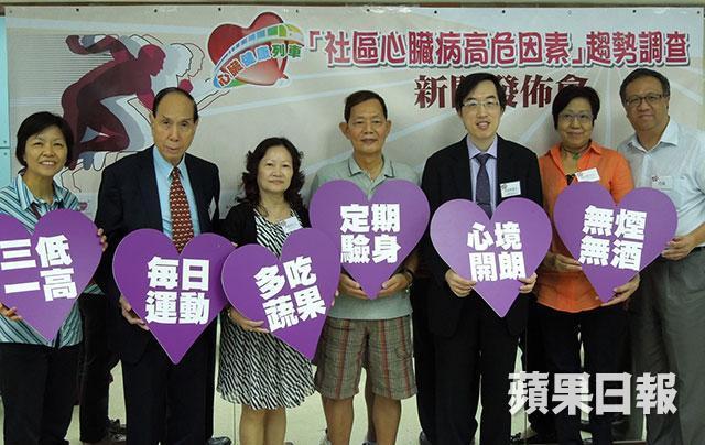 ■陳藝賢醫生(右三)與「心臟健康列車」的成員代表,齊齊呼籲市民保持健康飲食及勤運動,減低患心腦血管疾病的風險;中為曾做通波仔手術的心臟病患者黃先生。