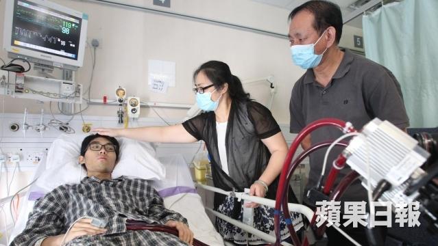 僅22歲的梁家維是獨子,因心臟衰竭急須心臟移植,現靠外置的人工心臟維持生命。(楊柏賢攝)