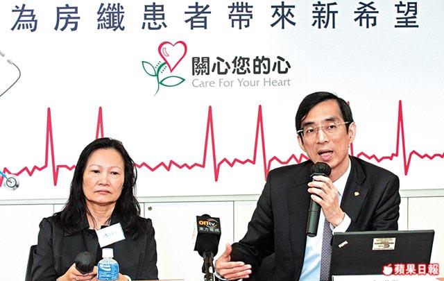 劉育港表示心房纖顫患者死亡率較一般人高兩倍,呼籲市民要多做運動及少食肥膩食物。左為病人梁小姐。凌樹輝攝