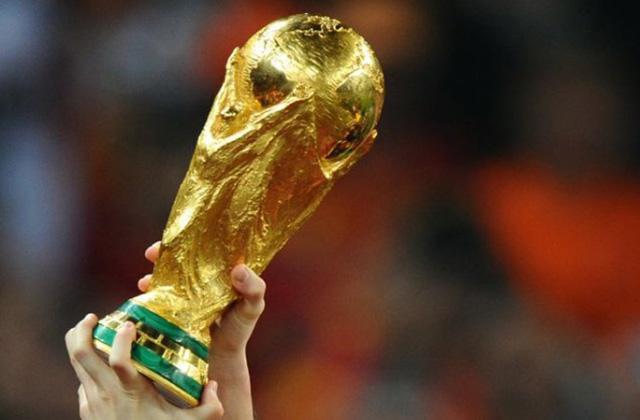 ■世界盃即將開鑼,心臟科醫生指出,捱夜、賽事緊張兼不少球迷會下注賭博,均會令心臟跳動加快,有機會誘發心臟病;圖為世盃獎座。互聯網