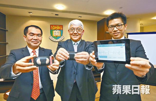 ■蕭頌華(左)展示新式心臟監測器,只需30秒就能完成心房顫動檢查;圖中為朱偉星。 黃文邦攝