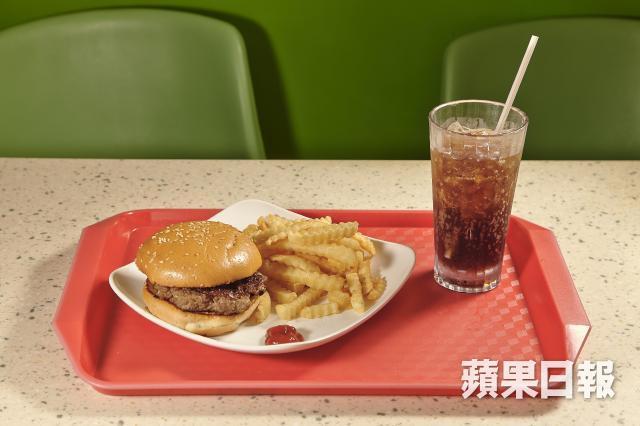 ■糖尿病患者應避免吃肥膩食物,如快餐,否則容易誘發心血管疾病。資料圖片