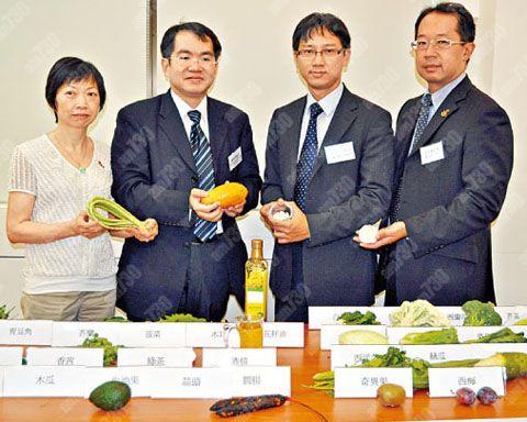 蕭頌華(左2)指,服食薄血丸的患者,也要注意日常飲食。(陳浩忻攝)