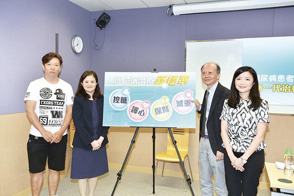 (由左至右)病人林先生、尾崎麗莎醫生、周振中醫生、陸安欣醫生。