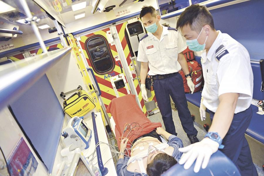 ▲救護員接到出現心肌梗塞病徵的病人時,會在救護車內先量度病人的心電圖,並即時傳送至急症室。