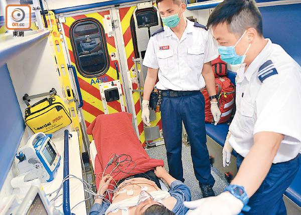 救護員模擬為病人進行院前心電圖檢查。(讀者提供)