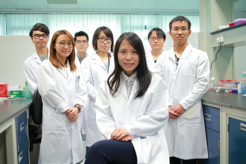圖:呂愛蘭(前排)及其九人團隊,使用多能性幹細胞,研發出模擬心血管發展的技術,並配合經修飾的mRNA技術,成功修補老鼠的受損心臟,未來五年開展臨床實驗/大公報記者楊州攝