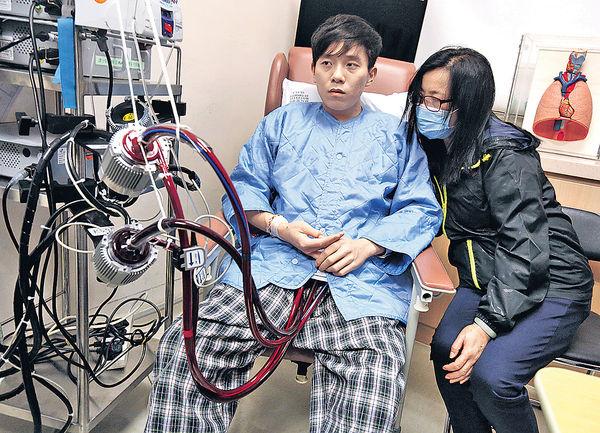 池志燊(左)是足球員,兩邊心室衰竭,心臟功能僅餘一成。(資料圖片)