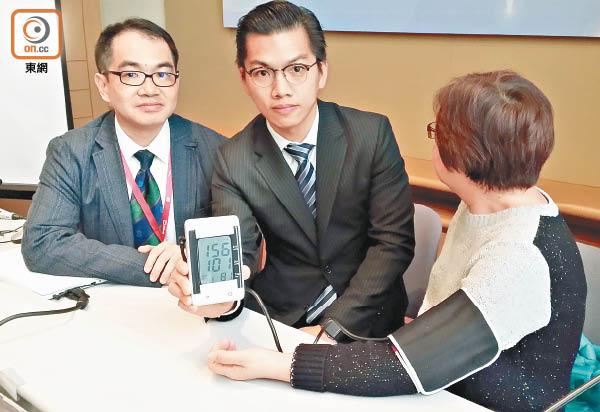 陳栢羲(中)指監測器可同時量血壓及測房顫;左為蕭頌華。