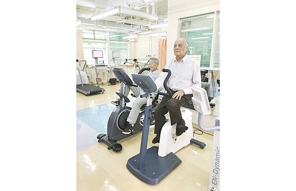 ▲長者接受心臟手術後,透過有系統的訓練,提升心肺功能。
