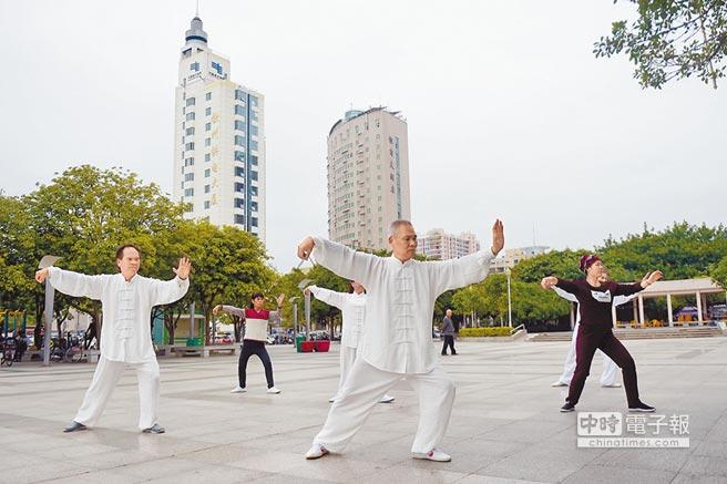 早春多運動,預防心血管病。圖為廣西民眾在公園晨練打太極拳。(新華社)