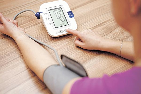▲量血壓不可以一次作準,最好在不同場合不同時間量度,如持續偏高才可確診為血壓高。(網上圖片)