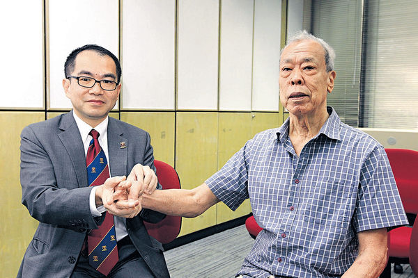 蕭頌華(左)指把脈時可留意脈搏1分鐘跳多少次及注意節奏是否不規則。(冼偉倫攝)