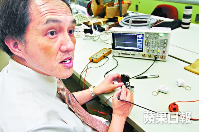 ■鄭教授稱倘同時觸及電擊玩具正負極,會影響心臟。