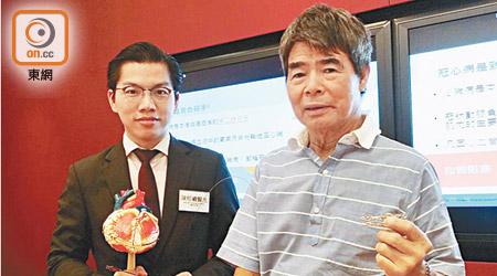 陳栢羲(左)解釋,冠心病人若同患房顫,接受「通波仔」手術後的藥物療程要注意。右為病人黃先生。(關琛詩攝)