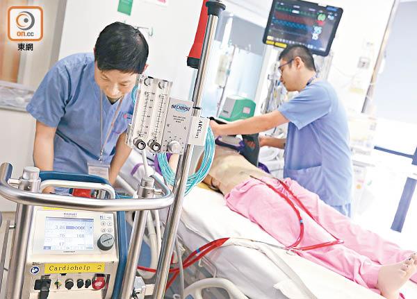 人工心肺救援講求醫護團隊合作。(黃仲民攝)
