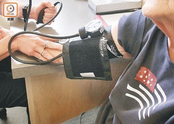 定期量血壓有助及時加強監控。(資料圖片)