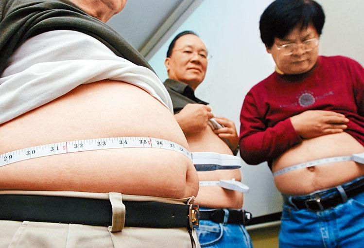 過去十年本港超重和肥胖人口增加了七十二萬三千,達二百九十七萬人。