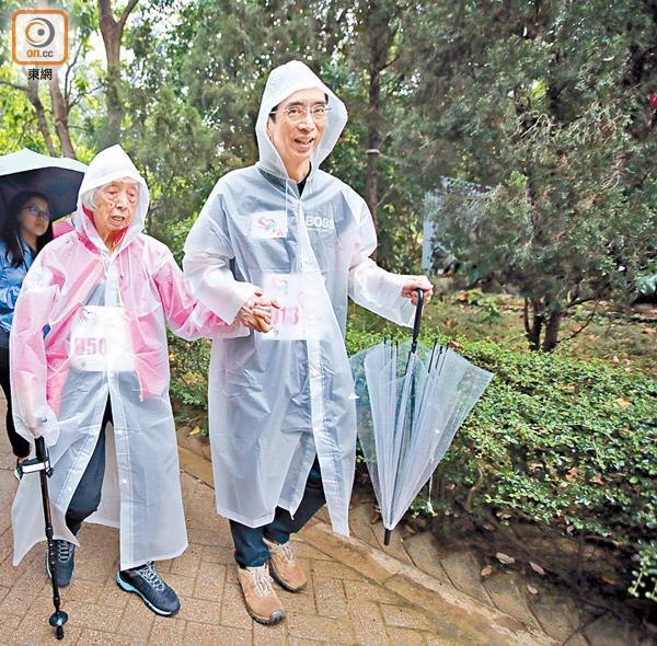 共1張,顯示第1張  劉育港(右)牽着媽媽文女士(左)的手沿路線步行,母子一同支持防中風。(胡家豪攝)