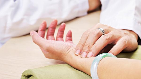 要及早知道自己是否患上房顫,可把脈檢查心跳。(網上圖片)