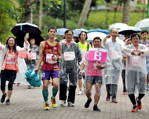 市民參與「把脈防中風 全城齊跑動」活動,為病人組織「關心您的心」籌款。