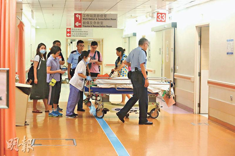 57歲男子前晚在馬鞍山海濱長廊入口附近跑步時暈倒,送院後證實不治,其親友事後趕赴了解。(伍浦鋒攝)