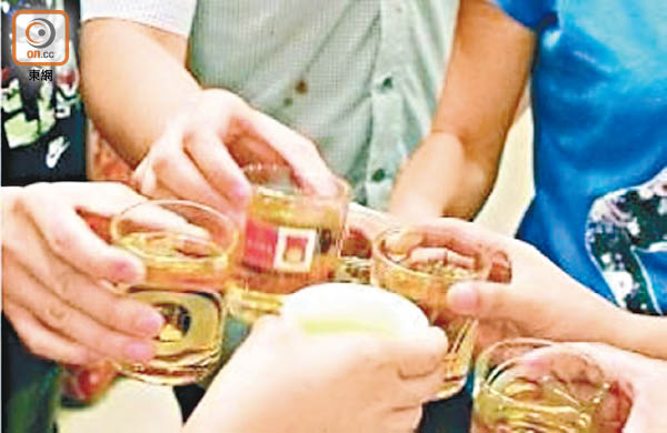 研究發現壯年人經常「豪飲」酒精飲品,血壓度數及膽固醇水平均較高。