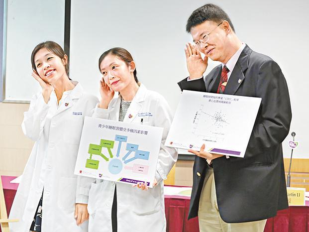李民瞻(右)的團隊建議學校延遲上課增加學生睡眠時數。張柏基攝