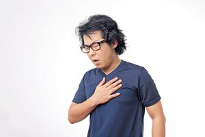 ▲ 處理急性心肌梗塞本是分秒必爭,但患者往往會輕視症狀,思前想後才決定求醫。(Thinkstock圖片)