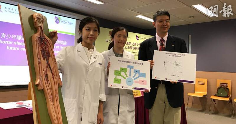 左起為中大醫學院應屆畢業生李穎心、兒科學系助理教授陳晶晶、兒科學系教授李民瞻。(曾映妹攝)