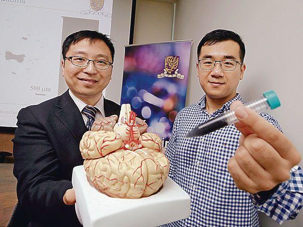 張立(左)盼在5到10年內進行相關臨床實驗。(陳靜儀攝)