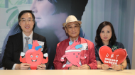 心臟科專科醫生陳藝賢(左)提醒患者保持良好生活習慣,並每日磅重,有助及時發現病情轉差,及控制病情。黃耀興攝