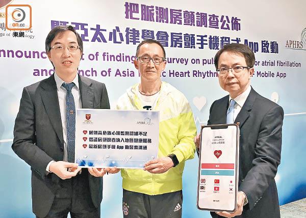 陳藝賢(左)及亞太心律學會會長劉柱柏(右)呼籲長者做心電圖檢測。圖中為陳先生。(鍾君容攝)