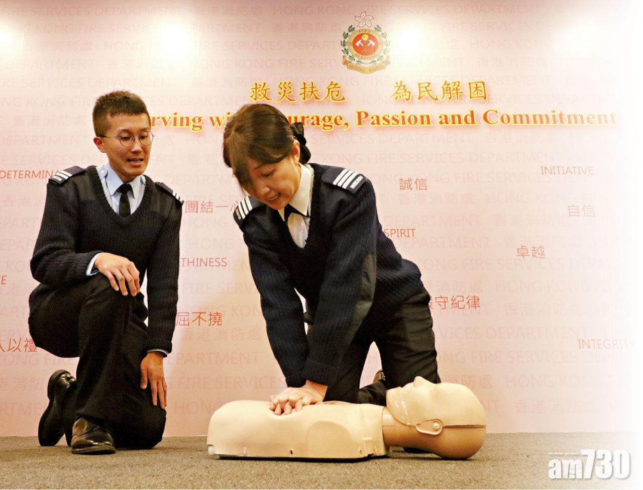 市民應以一秒兩下的速度施行CPR,左為葉少權。(陳奕釗攝)