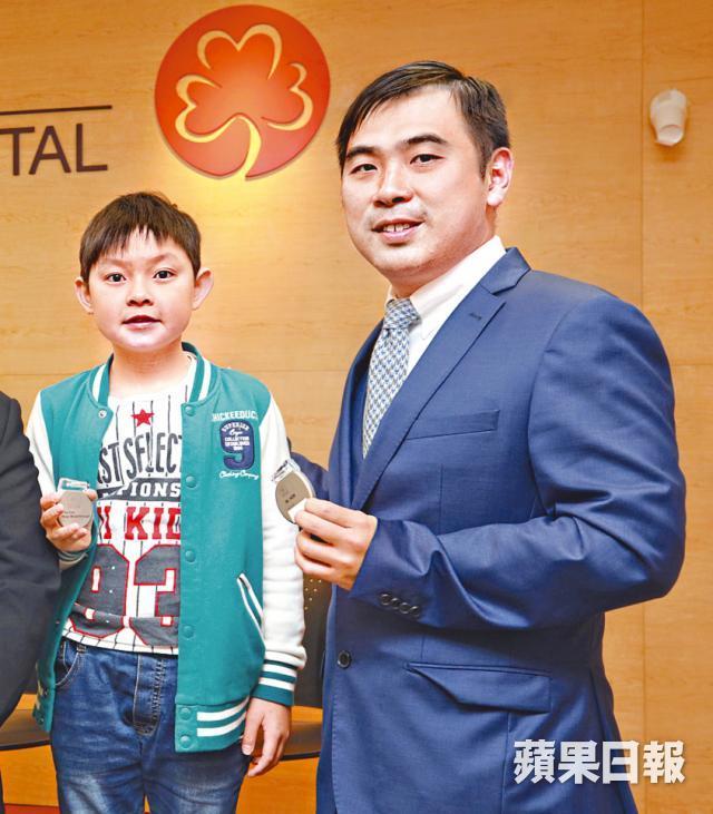 郭爕義醫生指25%病童確診前無病徵;左為Jayden。