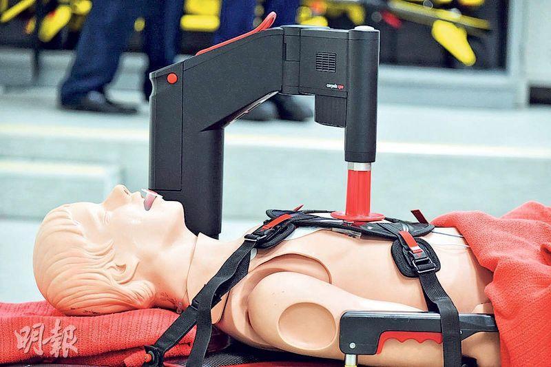 消防處今年10月喺所有救護車增設自動心外壓機(圖),希望增加心臟停頓病人嘅存活率。(政府新聞網)