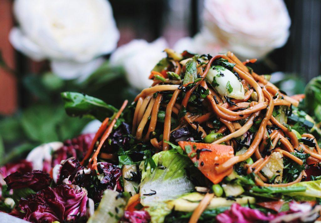 素菜本身味道較淡,有些素食者為了提高食慾,可能使用較多油或調味料(Toa Heftiba/unsplash)