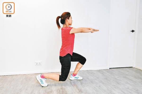 箭步蹲可訓練臀部及大腿後側肌肉。(李志湧攝)