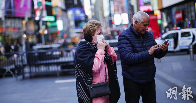 3月8日,美國紐約時報廣場一名女子戴上口罩。(法新社資料圖片)
