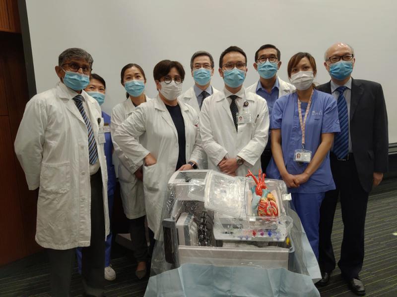 圖:瑪麗醫院心胸外科部門主管區永谷(右三)與團隊,上月成功運用器官護養系統完成心臟移植手術
